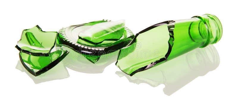 Πράσινα μπουκάλια γυαλιού Shards που απομονώνονται στο άσπρο υπόβαθρο στοκ φωτογραφίες