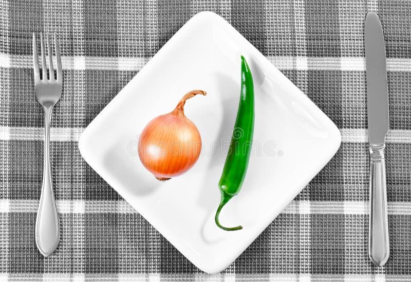 Πράσινα πιπέρι και κρεμμύδι τσίλι σε ένα άσπρο πιάτο στοκ φωτογραφίες με δικαίωμα ελεύθερης χρήσης