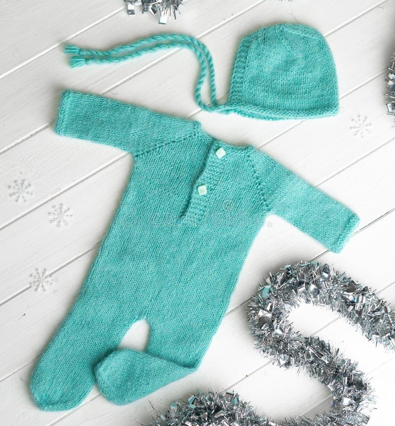 Πράσινα πλεκτά ενδύματα για τα μωρά στοκ εικόνα