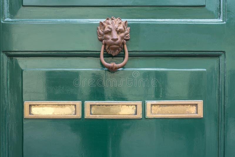 Πράσινα ρόπτρα πορτών στοκ εικόνες