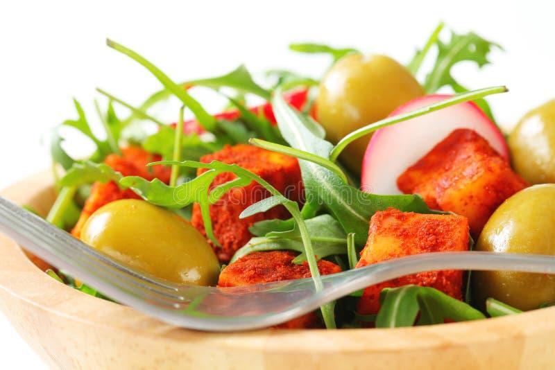 Πράσινα σαλάτας με τις ελιές και το πικάντικο τυρί στοκ εικόνες