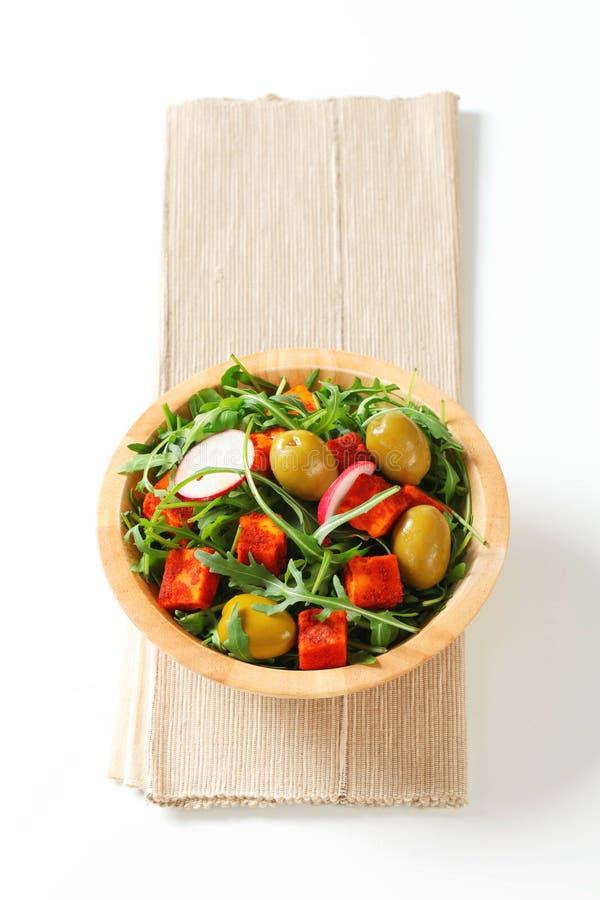 Πράσινα σαλάτας με τις ελιές και το πικάντικο τυρί στοκ εικόνες με δικαίωμα ελεύθερης χρήσης