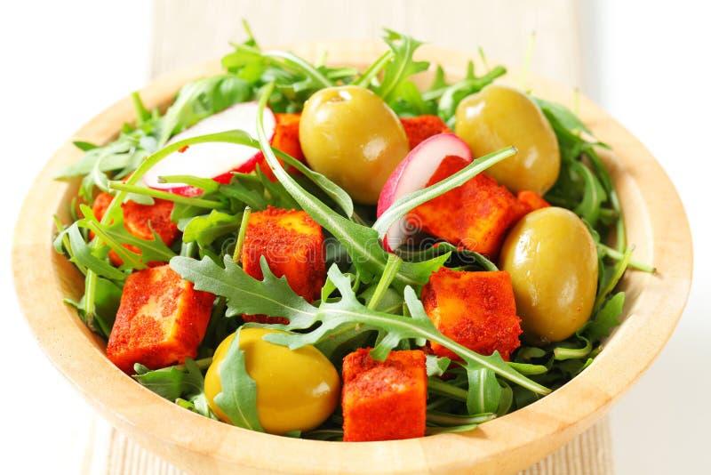 Πράσινα σαλάτας με τις ελιές και το πικάντικο τυρί στοκ φωτογραφία με δικαίωμα ελεύθερης χρήσης