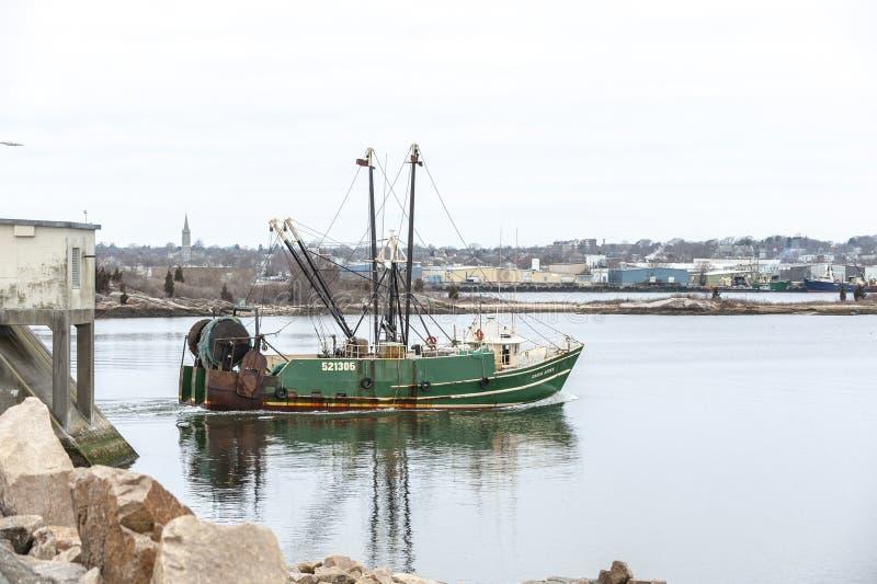 Πράσινα στρέμματα αλιευτικών πλοιαρίων που επιστρέφουν στο λιμένα στοκ φωτογραφία με δικαίωμα ελεύθερης χρήσης