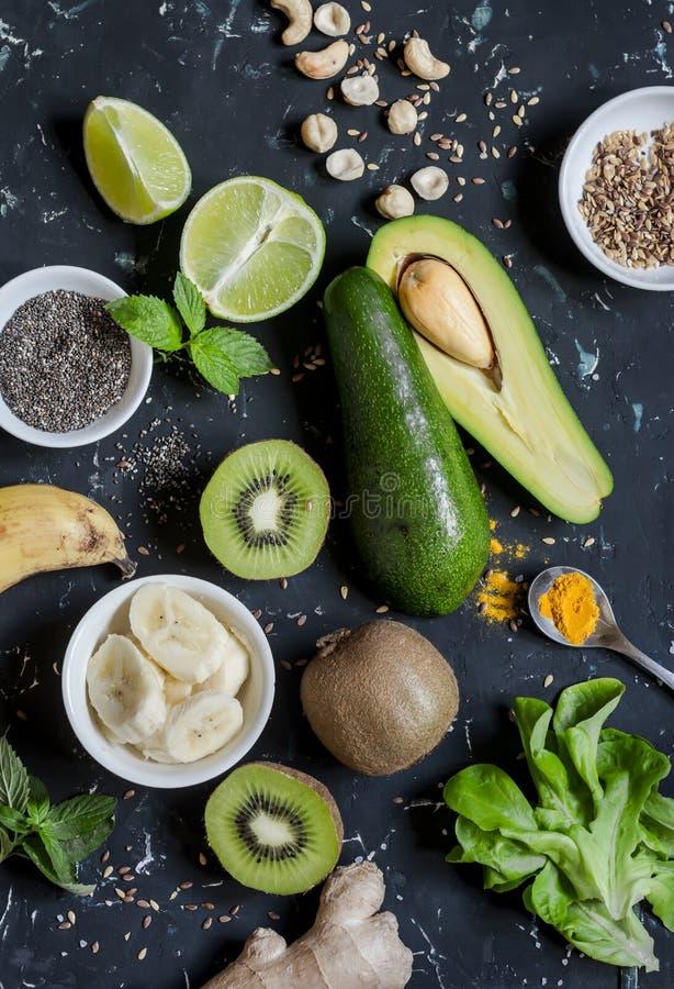 Πράσινα συστατικά καταφερτζήδων Μαγειρεύοντας υγιείς καταφερτζήδες detox Σε μια σκοτεινή ανασκόπηση στοκ εικόνα με δικαίωμα ελεύθερης χρήσης