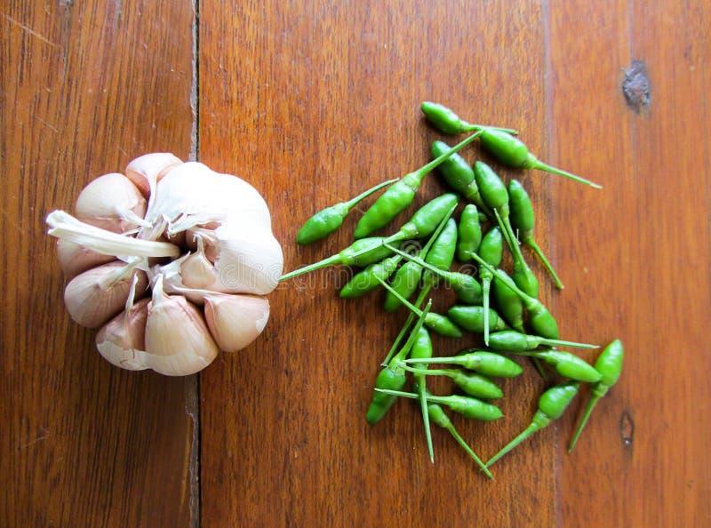 Πράσινα τσίλι και σκόρδο στοκ εικόνα