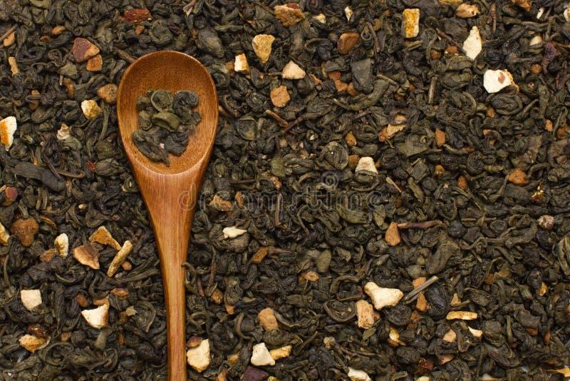 Πράσινα φύλλα τσαγιού με τα εσπεριδοειδή και φρούτα με το ξύλινο κουτάλι στοκ φωτογραφία με δικαίωμα ελεύθερης χρήσης