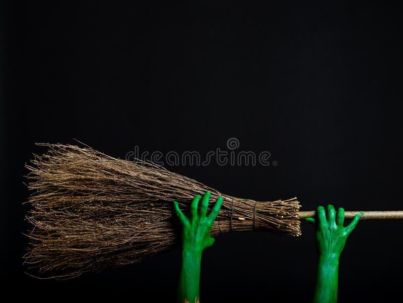 Πράσινα χέρια zombie με μια σκούπα μεγάλος φωτεινός Ιστός αραχνών σκιών μυστηρίου σεληνόφωτου φωτοστεφάνου ευελιξιών φλογών ρίψης στοκ φωτογραφία με δικαίωμα ελεύθερης χρήσης