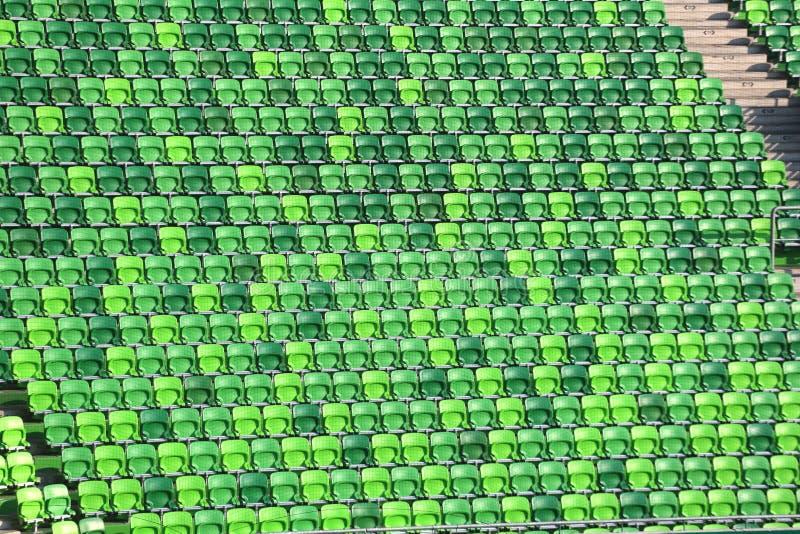 Πράσινα χρωματισμένα καθίσματα στη σειρά σε ένα στάδιο ποδοσφαίρου στοκ εικόνα