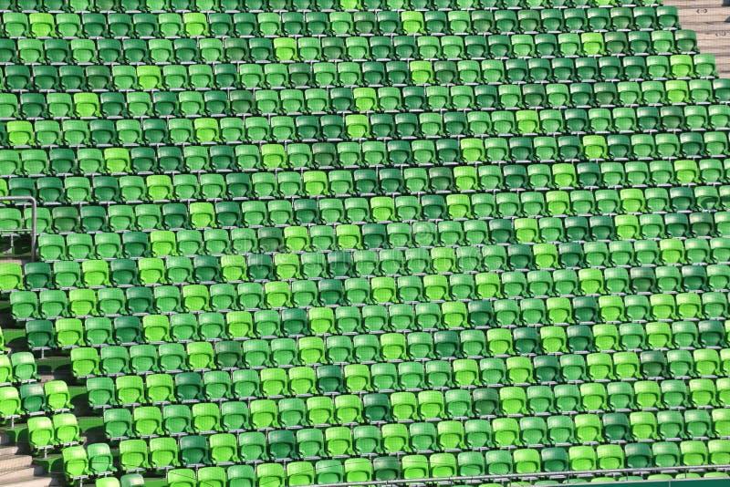 Πράσινα χρωματισμένα καθίσματα στη σειρά σε ένα στάδιο ποδοσφαίρου στοκ φωτογραφία με δικαίωμα ελεύθερης χρήσης
