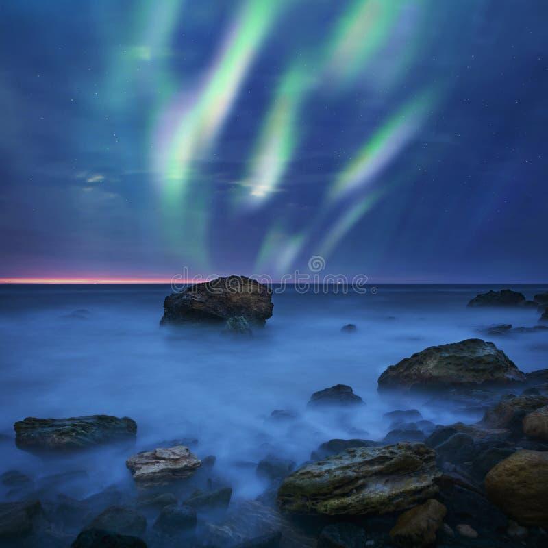 Πράσινα borealis αυγής πέρα από τη θάλασσα στοκ φωτογραφίες με δικαίωμα ελεύθερης χρήσης