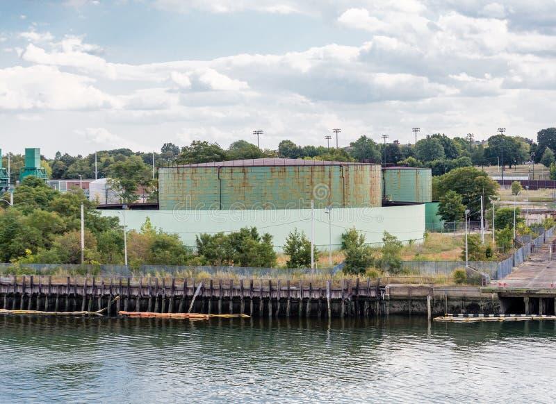 Πράσινες βιομηχανικές δεξαμενές στην άκρη του κόλπου στοκ φωτογραφίες