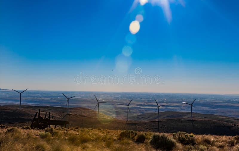 Πράσινες βιώσιμες γεννήτριες ηλεκτρικής ενέργειας στροβίλων δύναμης ενεργειακών ανεμόμυλων στους κυλώντας λόφους με τα σύννεφα κα στοκ εικόνες με δικαίωμα ελεύθερης χρήσης