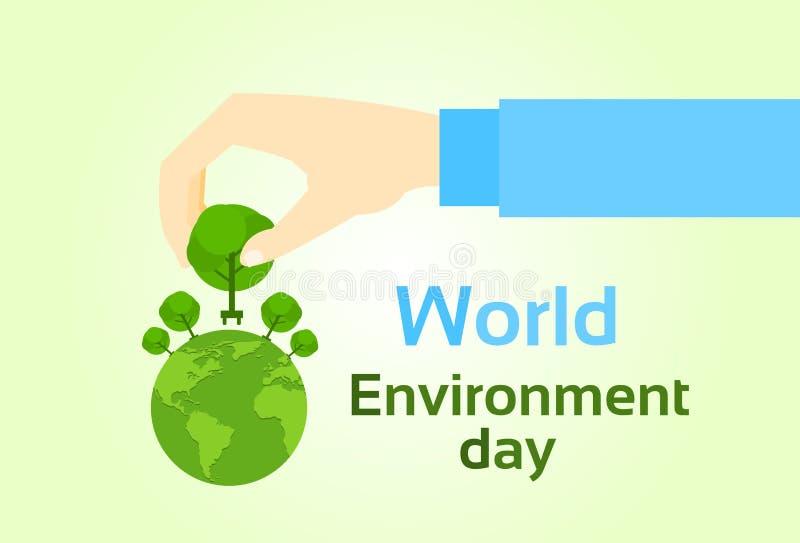 Πράσινες εγκαταστάσεις δέντρων λαβής χεριών ημέρας παγκόσμιου περιβάλλοντος στη σφαίρα γήινων πλανητών ελεύθερη απεικόνιση δικαιώματος