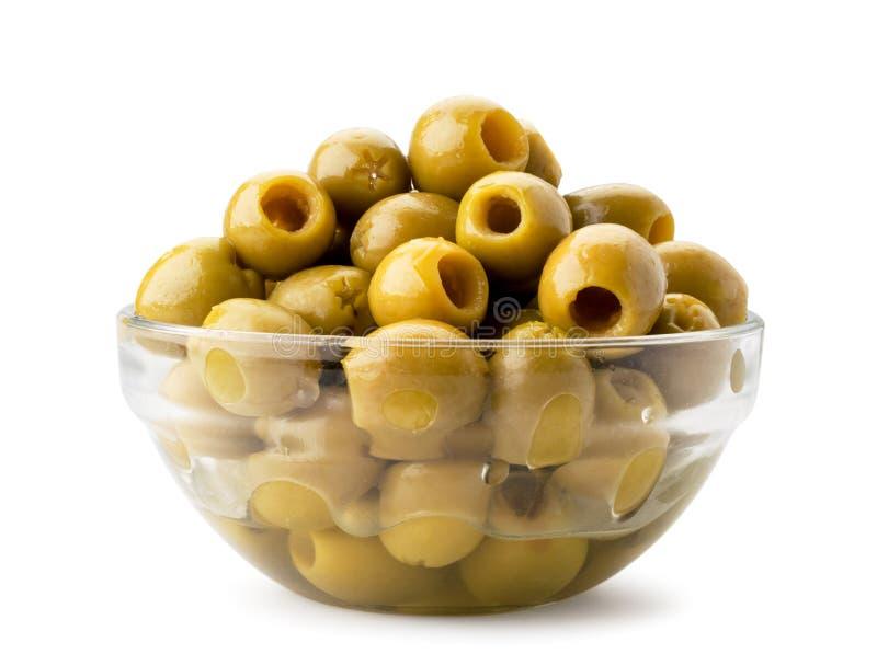 Πράσινες ελιές σε ένα πιάτο γυαλιού σε ένα λευκό   στοκ εικόνα με δικαίωμα ελεύθερης χρήσης
