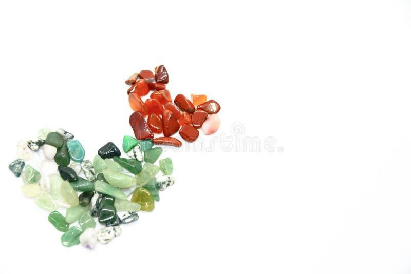 Πράσινες και κόκκινες πέτρες στη μορφή καρδιών που απομονώνεται στοκ φωτογραφία με δικαίωμα ελεύθερης χρήσης