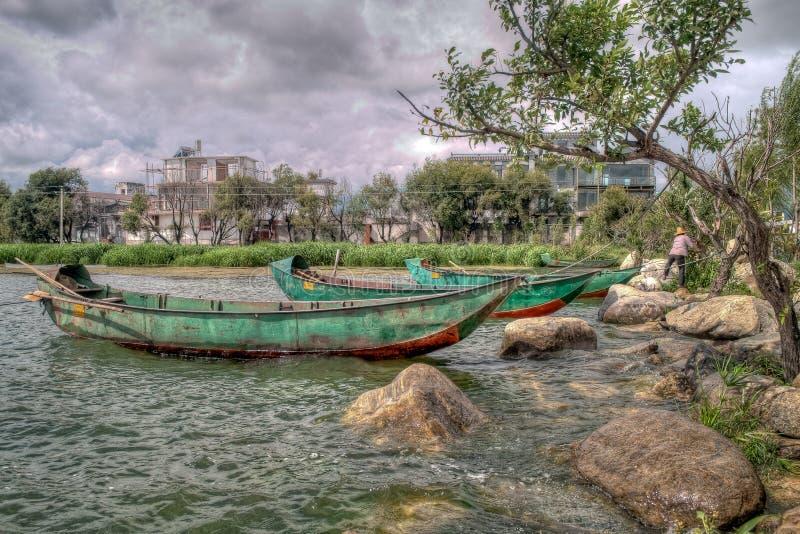 Πράσινες κινεζικές βάρκες στη λίμνη Erhai στο Δάλι Κίνα στοκ φωτογραφίες με δικαίωμα ελεύθερης χρήσης