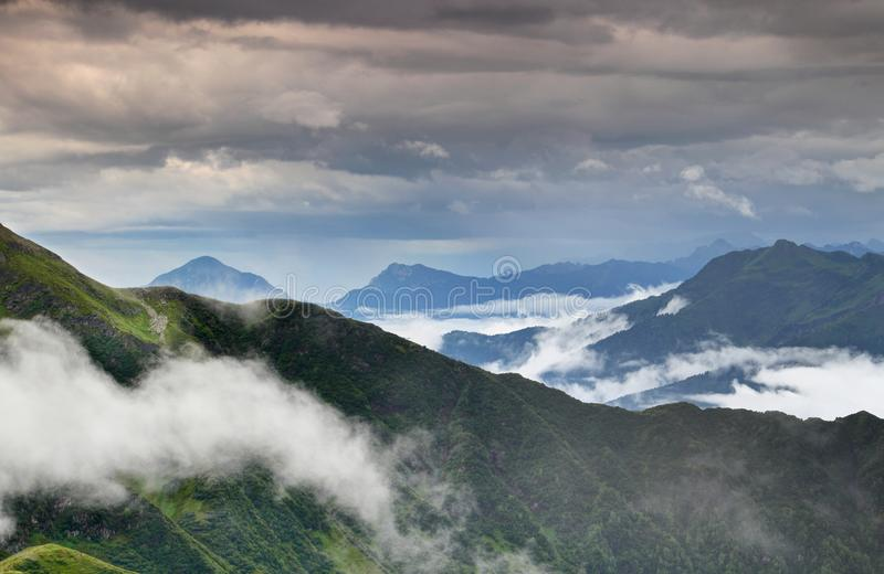 Πράσινες κορυφογραμμές στη βροχή στις Άλπεις Friuli Venezia Giulia Ιταλία Carnic στοκ φωτογραφία με δικαίωμα ελεύθερης χρήσης