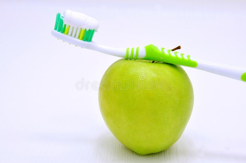 Πράσινες μήλο και οδοντόβουρτσα στοκ εικόνες