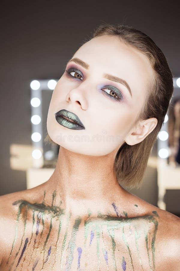 Πράσινες προκλητικές χείλια και κινηματογράφηση σε πρώτο πλάνο μόδας στόμα ανοικτό Αποτελέστε την έννοια φιλί στοκ εικόνες με δικαίωμα ελεύθερης χρήσης