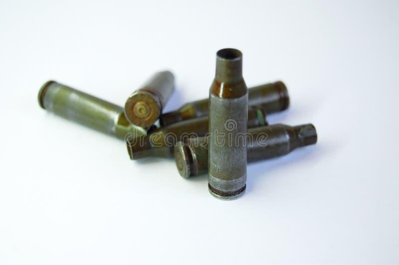 Πράσινες σφαίρες από το αυτόματο τουφέκι καλάζνικοφ στο άσπρο υπόβαθρο στοκ φωτογραφία με δικαίωμα ελεύθερης χρήσης