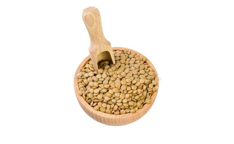 Πράσινες φακές στο ξύλινες κύπελλο και τη σέσουλα που απομονώνονται στο άσπρο υπόβαθρο διατροφή βιο φυσικό συστατικό τροφίμων στοκ φωτογραφίες