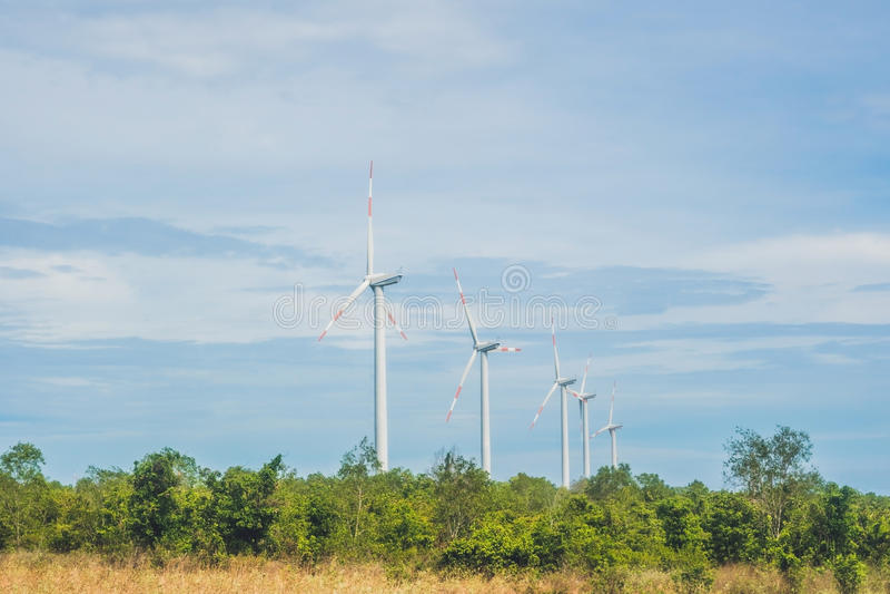 Πράσινη έννοια ανανεώσιμης ενέργειας - στρόβιλοι γεννητριών αέρα στον ουρανό στοκ εικόνες