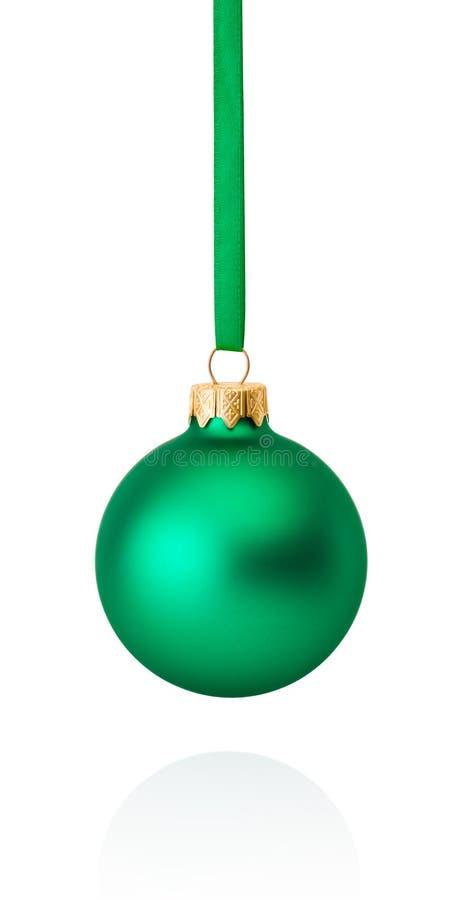 Πράσινη ένωση σφαιρών Χριστουγέννων στην κορδέλλα που απομονώνεται στο λευκό στοκ φωτογραφίες