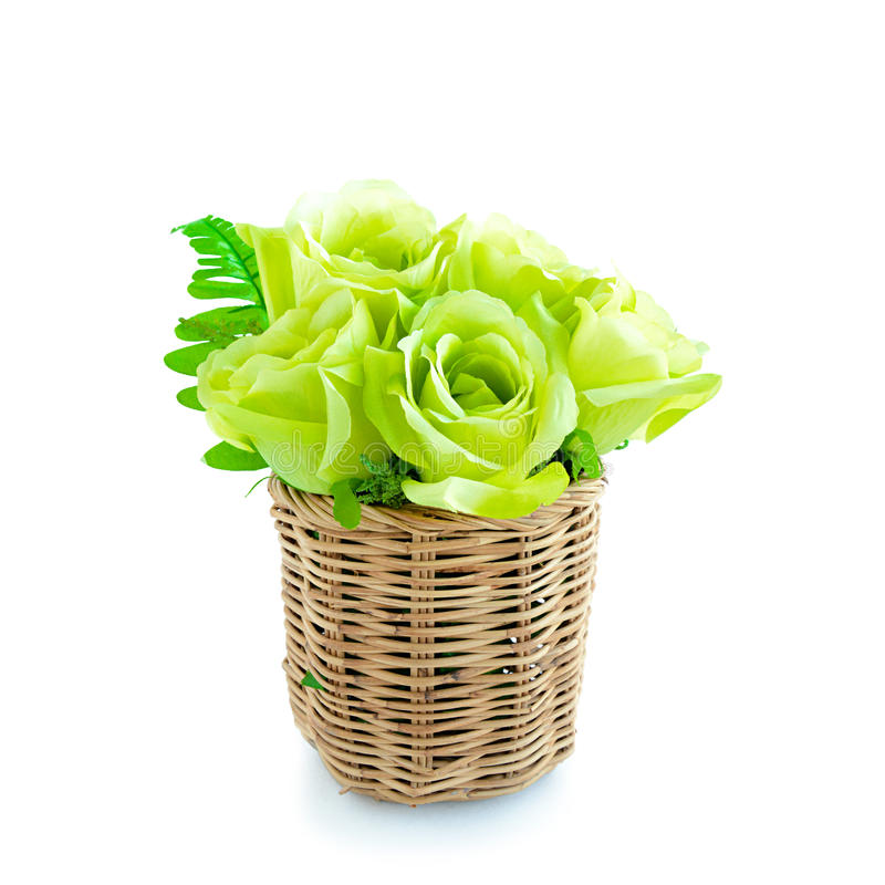 Πράσινη ανθοδέσμη λουλουδιών στο ψάθινο καλάθι στο άσπρο υπόβαθρο στοκ φωτογραφίες με δικαίωμα ελεύθερης χρήσης