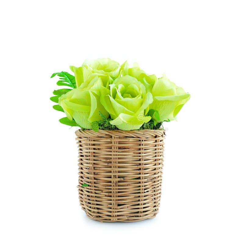 Πράσινη ανθοδέσμη λουλουδιών στο ψάθινο καλάθι στοκ φωτογραφία