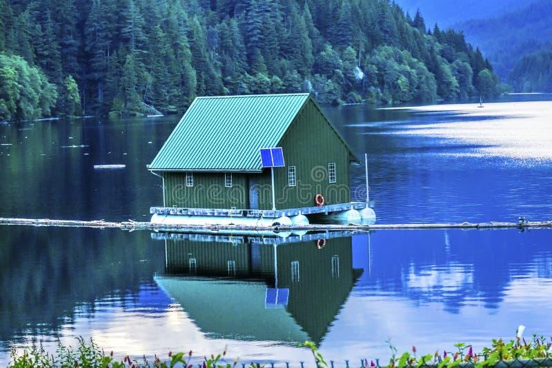 Πράσινη αντανάκλαση Βανκούβερ Βρετανός λιμνών δεξαμενών οικοδόμησης Capilano στοκ εικόνες