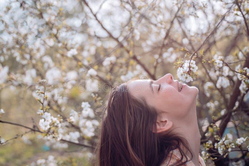 πράσινη γυναίκα άνοιξη έννοιας κίτρινη άνθος τέλεια άνοιξη ημέρας Άνοιξη και διακοπές Φυσική ομορφιά και θεραπεία SPA Θερινό κορί στοκ φωτογραφία με δικαίωμα ελεύθερης χρήσης