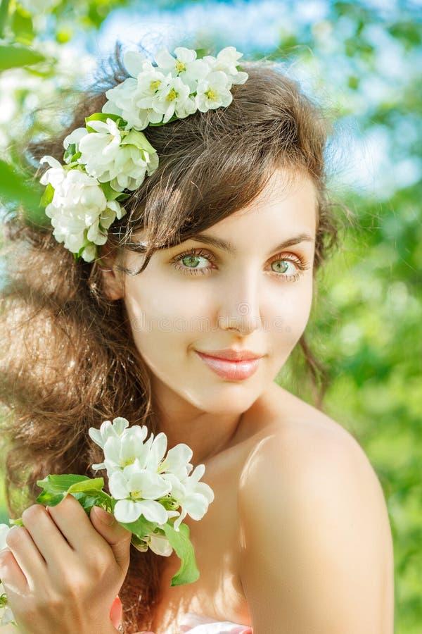 πράσινη γυναίκα άνοιξη έννοιας κίτρινη Όμορφο πρότυπο κοριτσιών με τα λουλούδια άνοιξη Νέο FEM στοκ εικόνα
