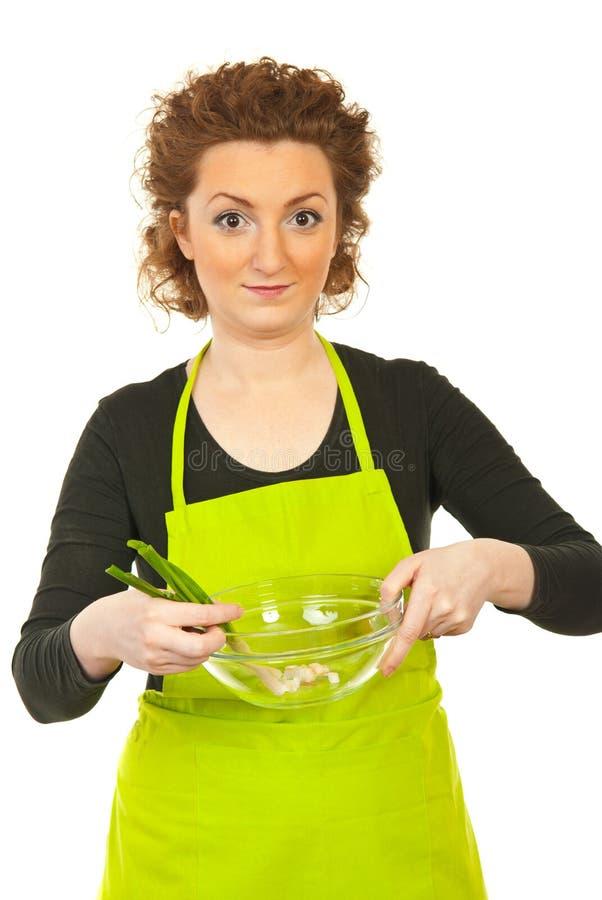 πράσινη γυναίκα κρεμμυδιών εκμετάλλευσης κύπελλων στοκ φωτογραφία με δικαίωμα ελεύθερης χρήσης