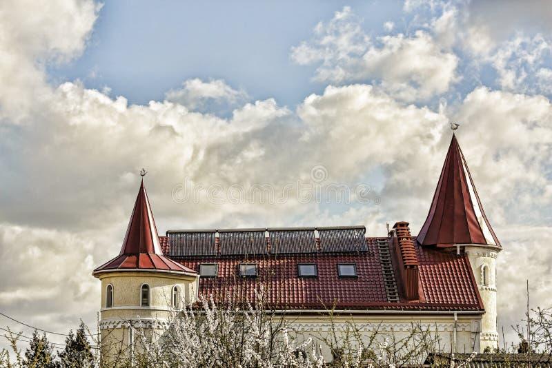 Πράσινη ενέργεια, στέγη, σπίτι, μπλε, παλαιό, ουρανός, Ευρώπη, κατοικημένη, κεραμίδι, αρχιτεκτονική, κτήριο, καπνοδόχος, πόλη, οι στοκ φωτογραφίες με δικαίωμα ελεύθερης χρήσης