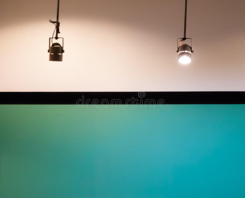 Πράσινη επίδειξη με το αλόγονο downlight στοκ εικόνες με δικαίωμα ελεύθερης χρήσης