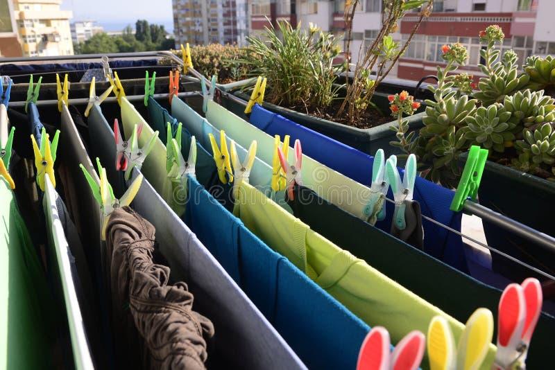 Πράσινη και μπλε ξήρανση πλυντηρίων, ζωηρόχρωμες καρφίτσες, σπίτι στοκ εικόνα με δικαίωμα ελεύθερης χρήσης
