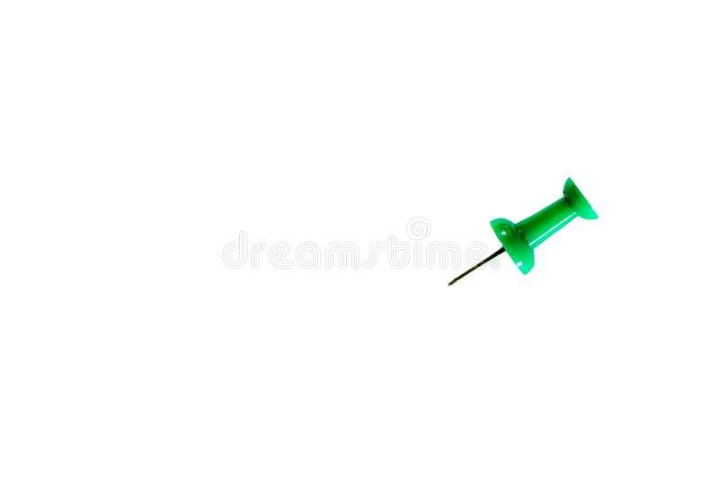 Πράσινη καρφίτσα στο απομονωμένο υπόβαθρο της Λευκής Βίβλου στοκ φωτογραφίες