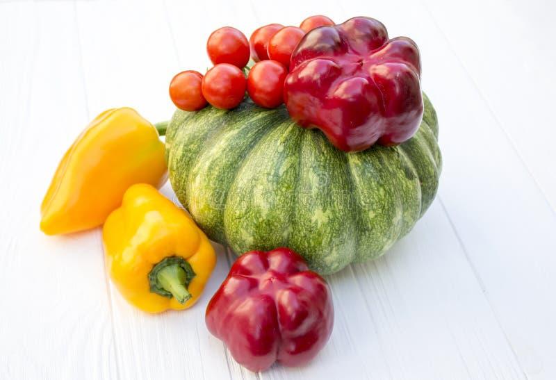 Πράσινη κολοκύθα, ντομάτα, κόκκινο και κίτρινο πιπέρι στοκ φωτογραφία με δικαίωμα ελεύθερης χρήσης