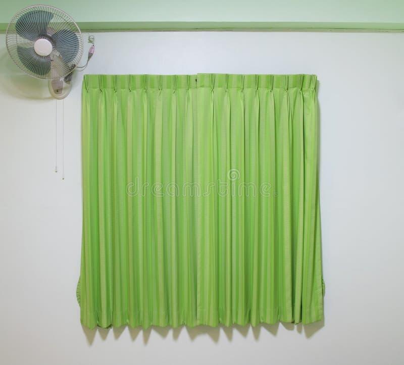 πράσινη κουρτίνα με τον ανεμιστήρα στοκ φωτογραφίες με δικαίωμα ελεύθερης χρήσης