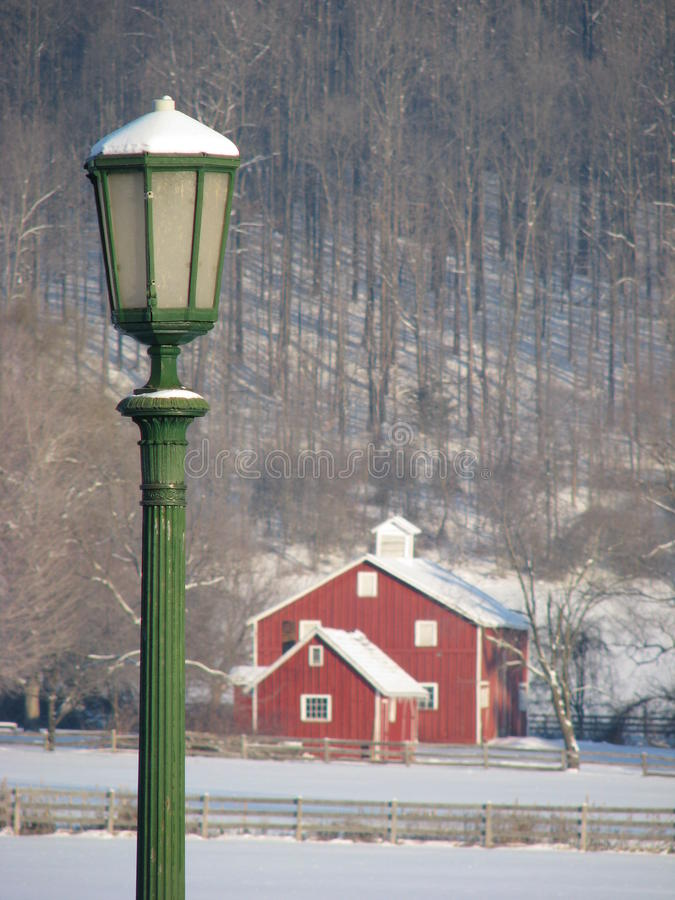 Πράσινη μετα και κόκκινη σιταποθήκη λαμπτήρων που καλύπτεται στο χιόνι στοκ φωτογραφίες με δικαίωμα ελεύθερης χρήσης