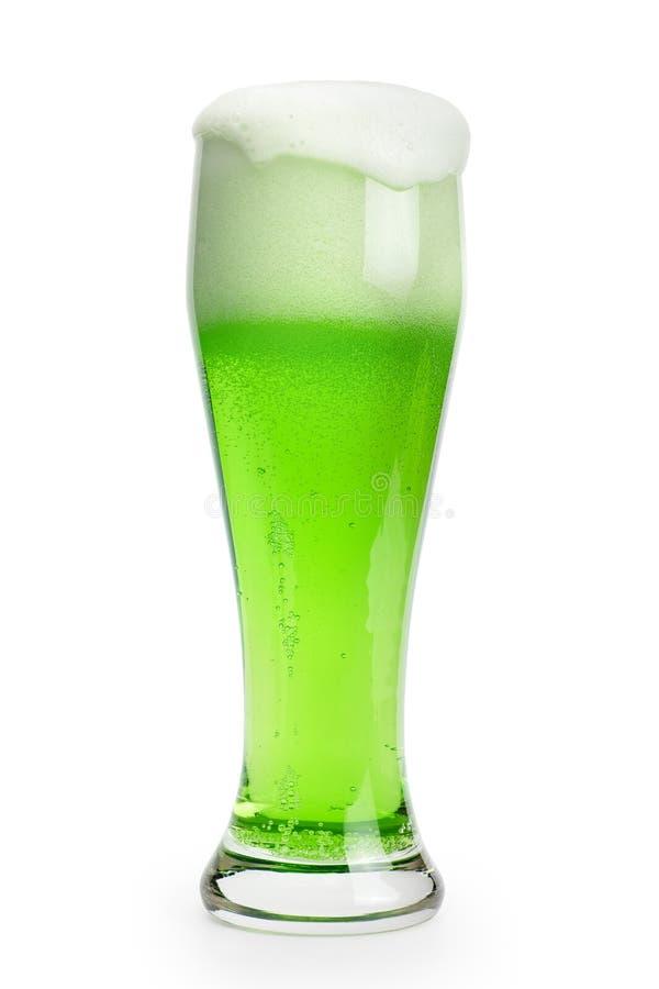 Πράσινη μπύρα ημέρας του Πάτρικ ` s που απομονώνεται με το ψαλίδισμα της πορείας στοκ φωτογραφίες