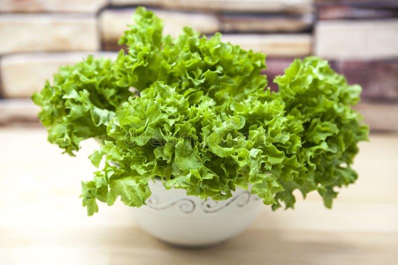 Πράσινη νέα σύνδεση της σαλάτας σε ένα δοχείο σε ένα ξύλινο υπόβαθρο στην κουζίνα χωρών Το καλύτερο υγιές πρόγευμα για το σύγχρον στοκ φωτογραφία