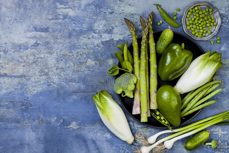 Πράσινη ομάδα veggies Χορτοφάγα συστατικά γευμάτων Πράσινη ποικιλία λαχανικών Υπερυψωμένος, επίπεδος βάλτε, τοπ άποψη, διάστημα α στοκ εικόνα με δικαίωμα ελεύθερης χρήσης