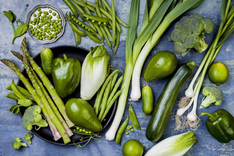 Πράσινη ομάδα veggies Χορτοφάγα συστατικά γευμάτων Πράσινη ποικιλία λαχανικών Υπερυψωμένος, επίπεδος βάλτε, τοπ άποψη στοκ εικόνα