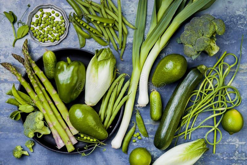 Πράσινη ομάδα veggies Χορτοφάγα συστατικά γευμάτων Πράσινη ποικιλία λαχανικών Υπερυψωμένος, επίπεδος βάλτε, τοπ άποψη στοκ φωτογραφίες με δικαίωμα ελεύθερης χρήσης