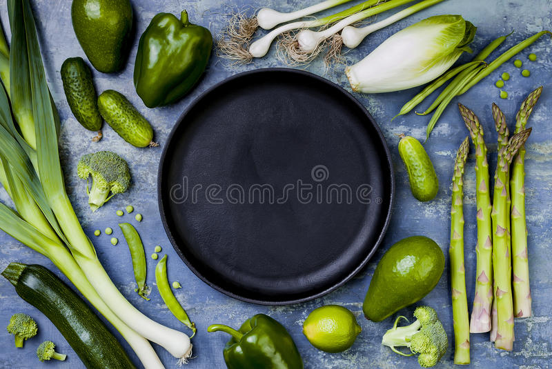 Πράσινη ομάδα veggies Χορτοφάγα συστατικά γευμάτων Πράσινη ποικιλία λαχανικών Υπερυψωμένος, επίπεδος βάλτε, τοπ άποψη, διάστημα α στοκ εικόνα