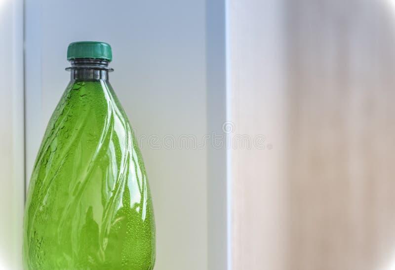 Πράσινη πλαστική κινηματογράφηση σε πρώτο πλάνο μπουκαλιών στοκ φωτογραφία με δικαίωμα ελεύθερης χρήσης