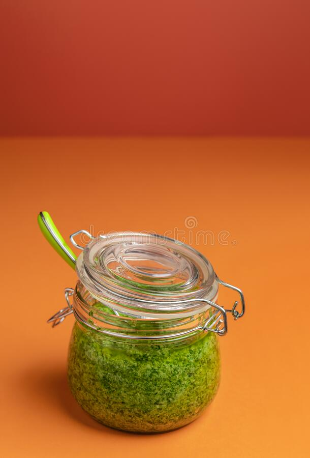 Πράσινη σάλτσα πέστο σε βάζο Σάλτσα ιταλικών ζυμαρικών Σπιτικό πέστο στοκ εικόνα με δικαίωμα ελεύθερης χρήσης