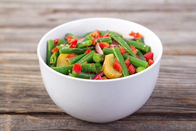 Πράσινη σαλάτα φασολιών και πατατών στοκ εικόνες